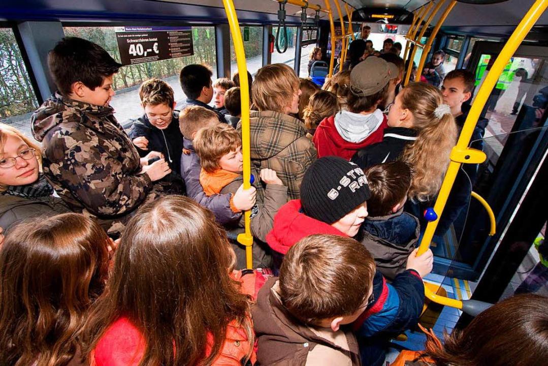 Im Schulbus sprach der 20-Jährige die ...der war dem Sexualstraftäter verboten.  | Foto: Jan Potente