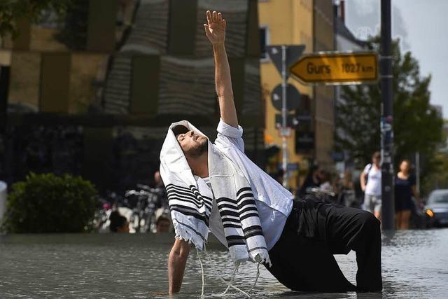 Darum kniet ein Tänzer aus Brooklyn im Gedenkbrunnen