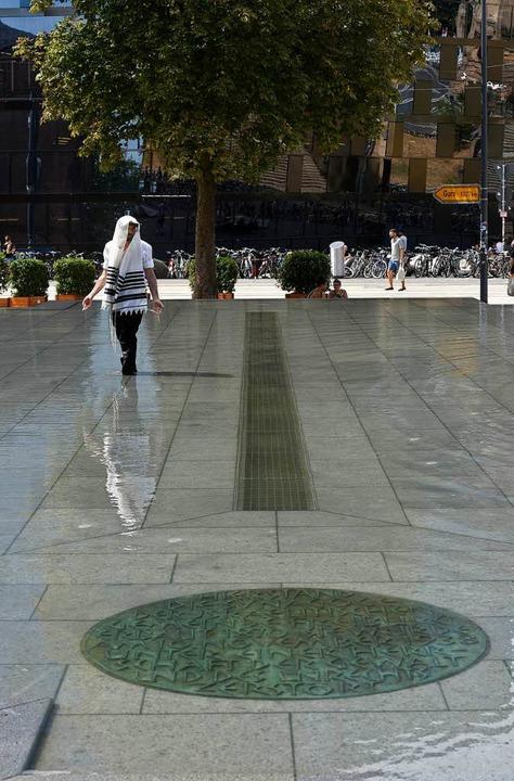 Im Brunnen: Der Gedenkstein, der bis z...uf dem Platz auf die Synagoge hinwies.  | Foto: Thomas Kunz
