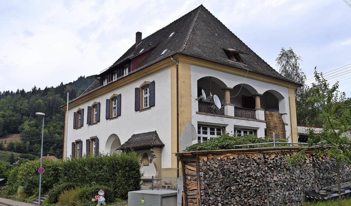 In der Alten Schule in Münstertal leben bis zu 15 Personen auf einem Stockwerk.   | Foto: Frank Schoch