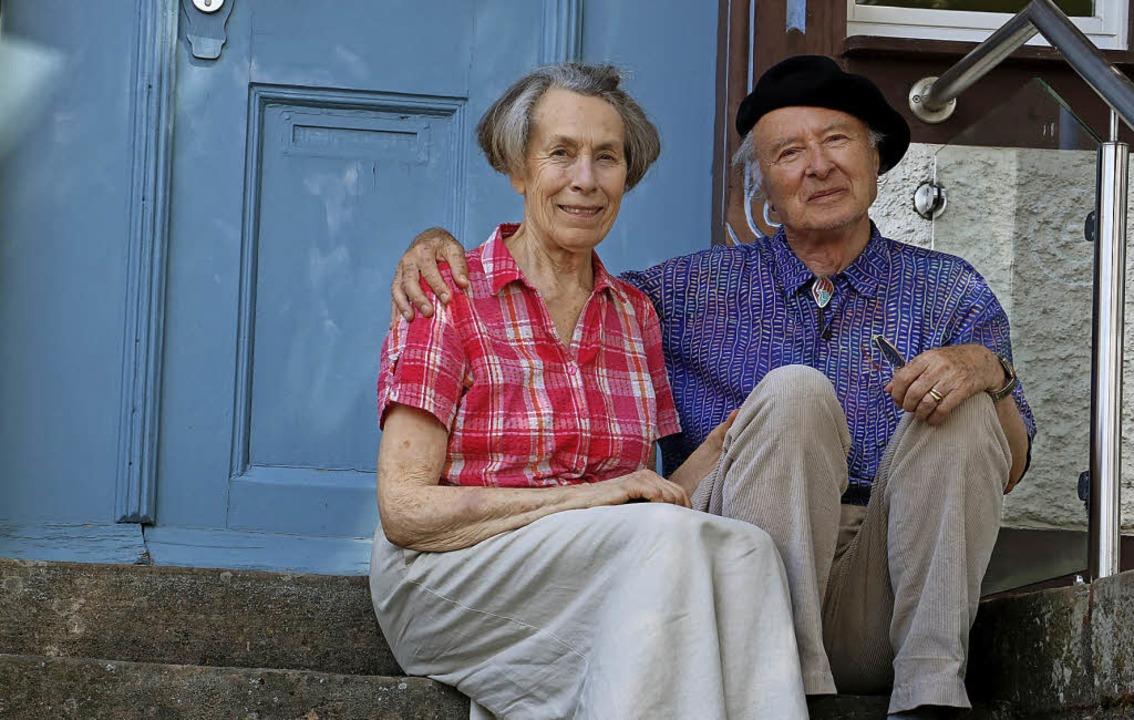 Sylvia und Immo Schneider auf der Treppe des Tretenhofs in Seelbach   | Foto: Theo Weber