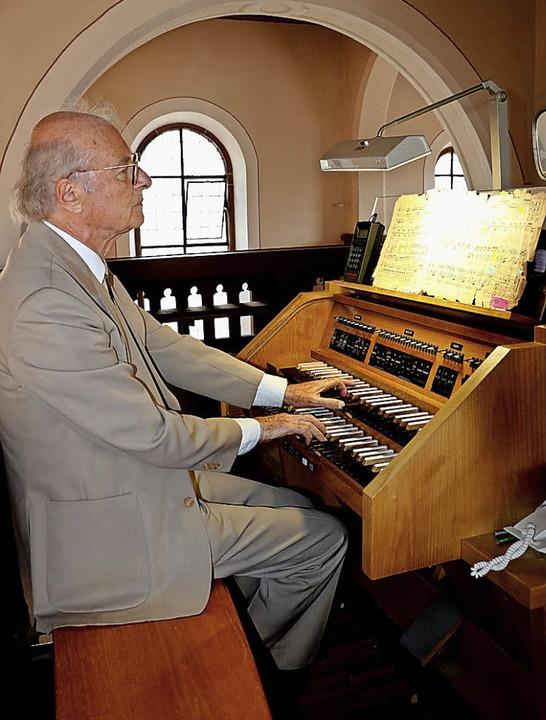 Schneider an der Orgel der Kirche St. Peter und Paul in Sulz  | Foto: Theo Weber