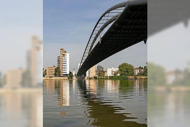 Balanceakt auf Brückenbogen