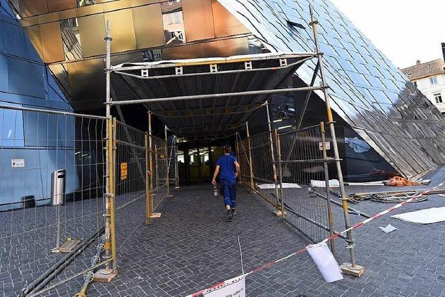 Die Freiburger UB hat jetzt provisorische Schutzdächer an den Eingängen