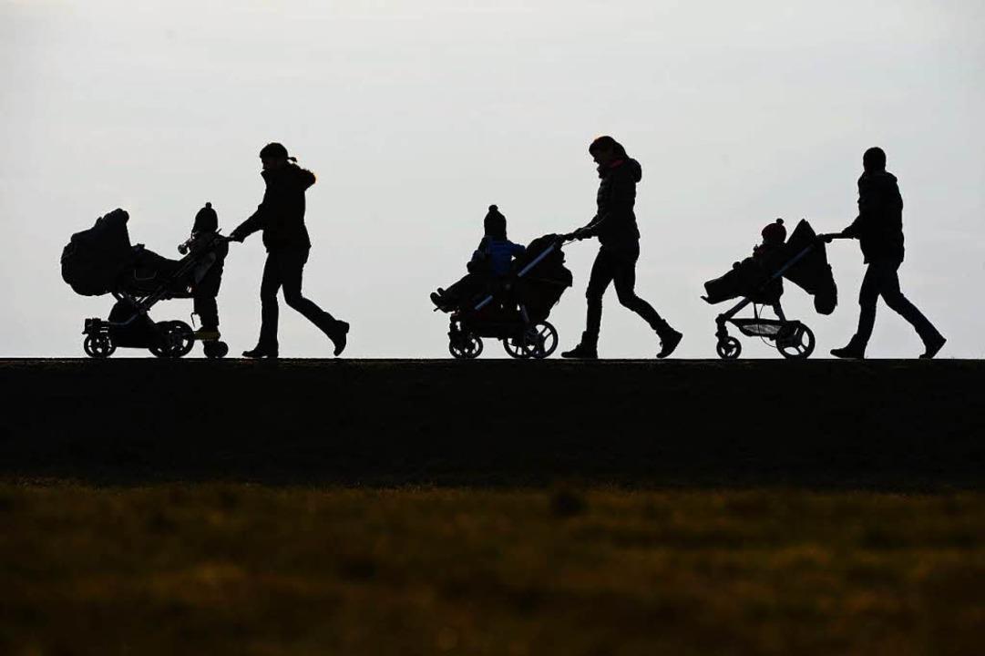 Der Fiskus zahlt für knapp 15 Millione...davon leben rund 268000 im EU-Ausland.  | Foto: dpa