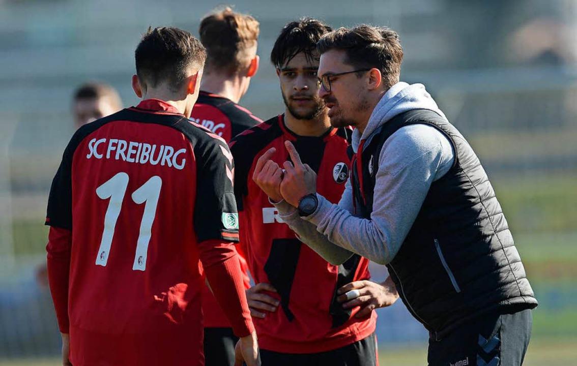 SC-Trainer Thomas Stamm (rechts) im Kreis seiner Spieler  | Foto: Patrick Seeger