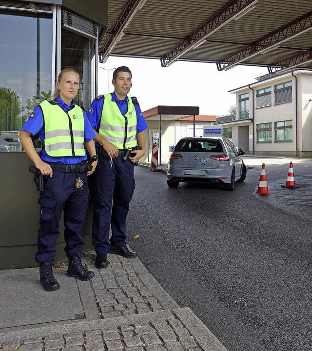 Leonie Tschackert und Lukas Koller übe...den Grenzübergang Stein/Bad Säckingen.  | Foto: Felix Held