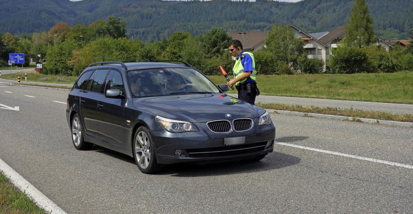 Lukas Koller kontrolliert einen Autofa...zialist durchsucht ein Auto (rechts).   | Foto: Felix Held