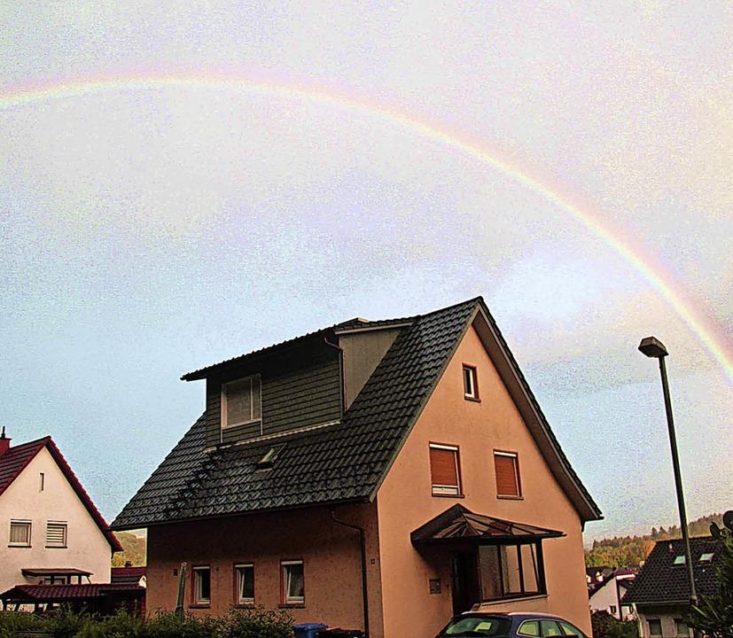 Einen Regenbogen, aber kaum Regen gab's am Donnerstag in Schwörstadt.   | Foto: Helmut Kohler