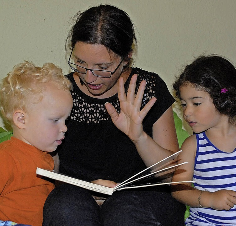 Bevor die Kinder abgeholt werden, scha... Anna Faus mit ihnen gerne Bücher an.   | Foto: Leony Stabla