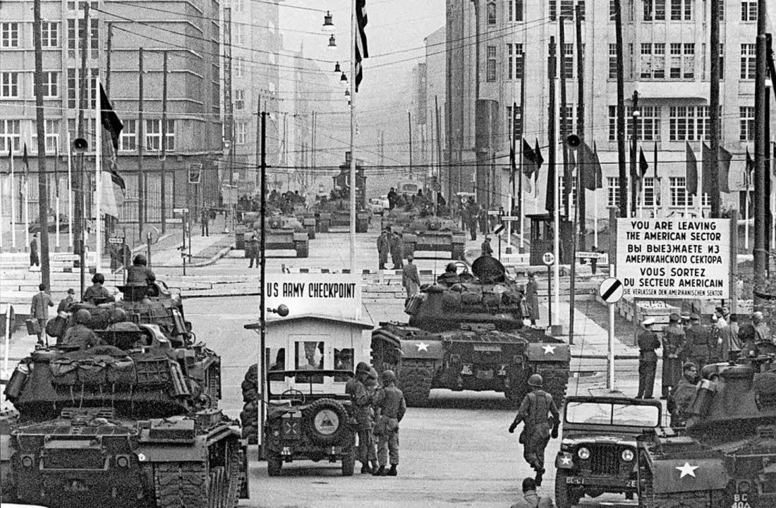Stirn an Stirn standen sich 1961 in Berlin zwei Atommächte gegenüber.  | Foto: dpa