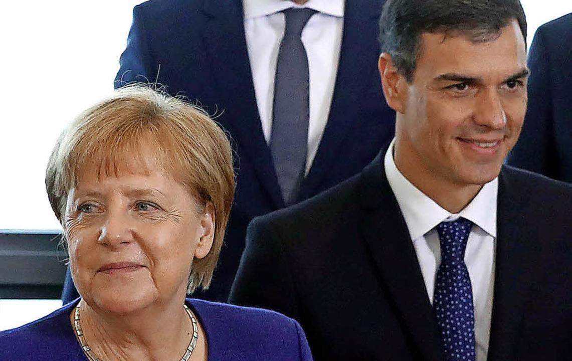 Gründe zum Lächeln gibt es für Merkel ...ie sich, wie hier in Brüssel, treffen.    Foto: dpa
