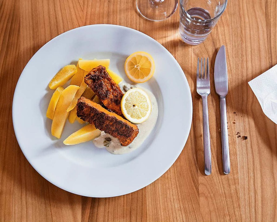 Soja-Lachsfilet mit Kapernsoße und Kartoffelspalten  | Foto: Michael Wissing