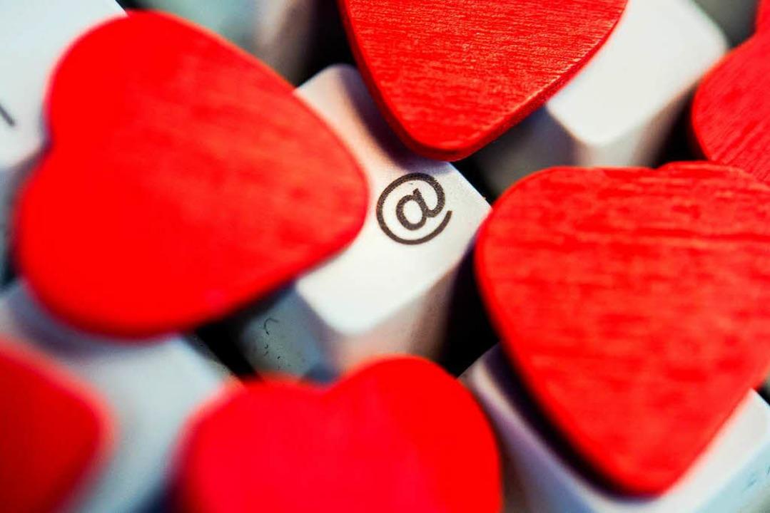Laut der Studie schreiben Männer und F...ozent attraktiver sind als sie selbst.  | Foto: dpa-tmn