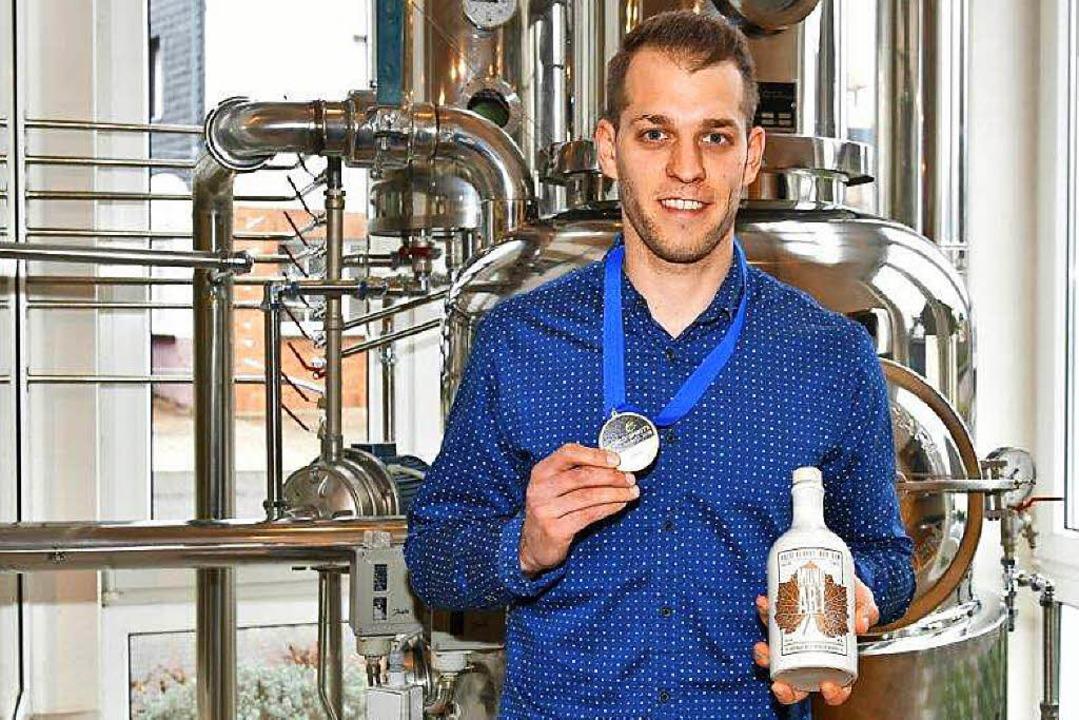 Stolz ist Fabian Vögtle auf seinen prämierten Gin.     Foto: Privat