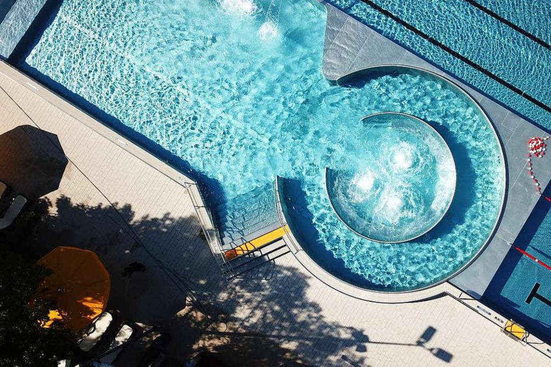 Ruhige Sache, so ein Schwimmbad ohne M...ffnung – und vor der Hitzewelle.  | Foto: Michael Saurer
