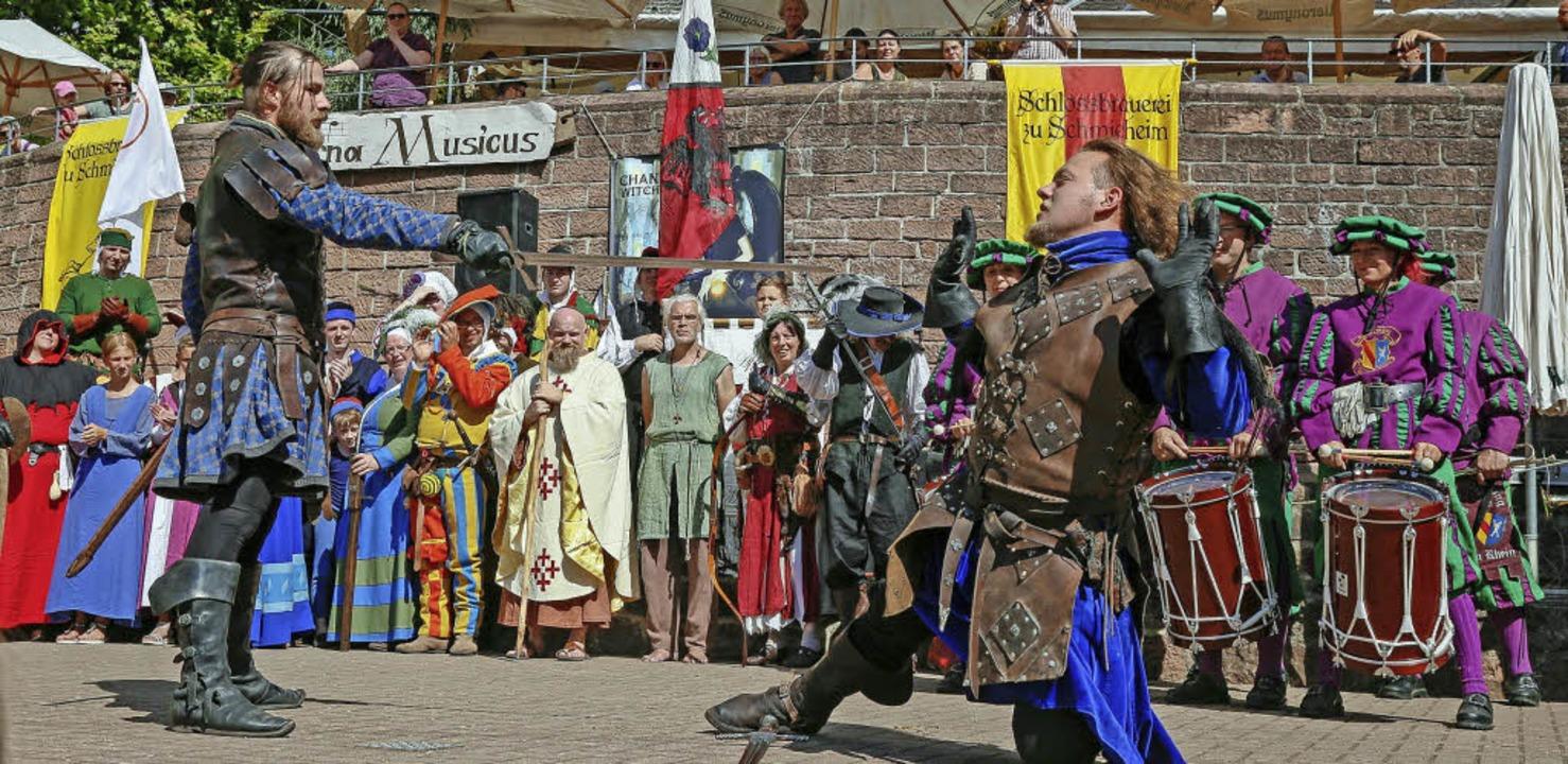 Bei den Schlossfestspielen in Schmiehe..., wie Ritter im Mittelalter kämpften.   | Foto: Sandra Decoux-Kone