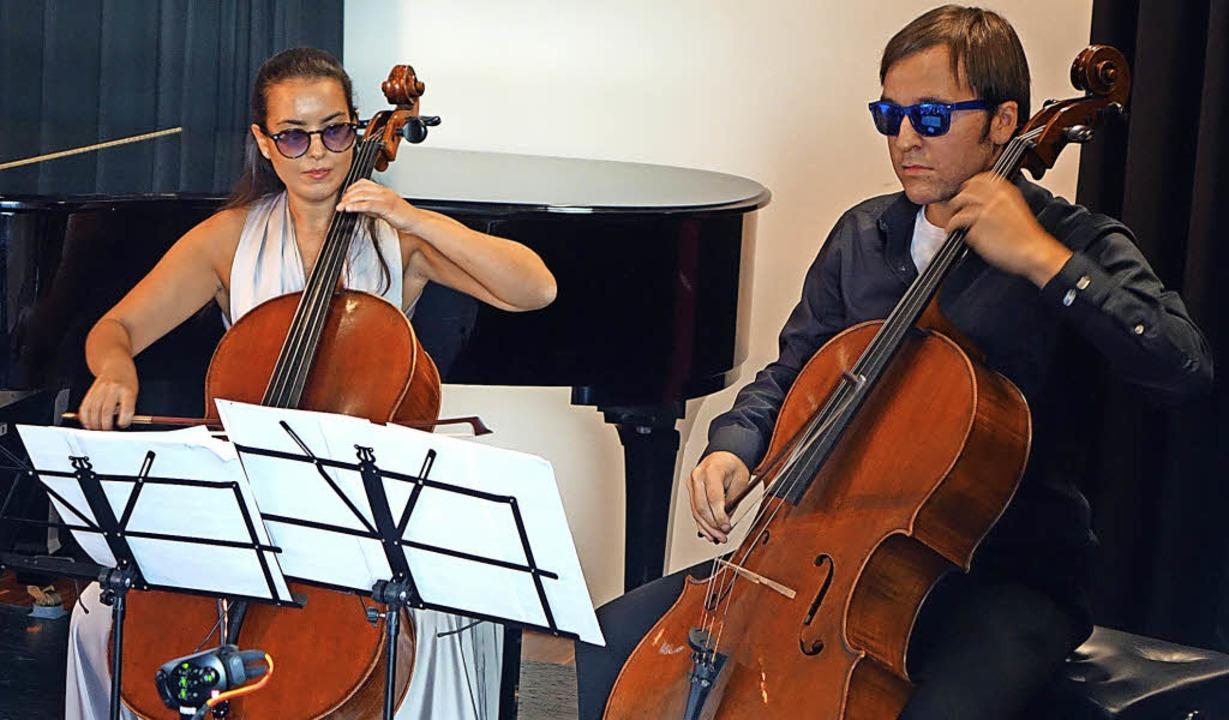 Mit Sonnenbrillen spielten Natalia Dau...er Schlössle die James Bond-Filmmusik.  | Foto: Roswitha Frey