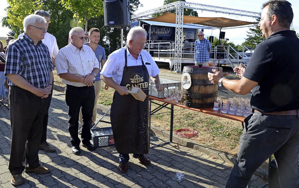 Routine beim Fassanstich: Bürgermeiste...epfel-Dorffest rund um die Festhalle.   | Foto: Roland Vitt