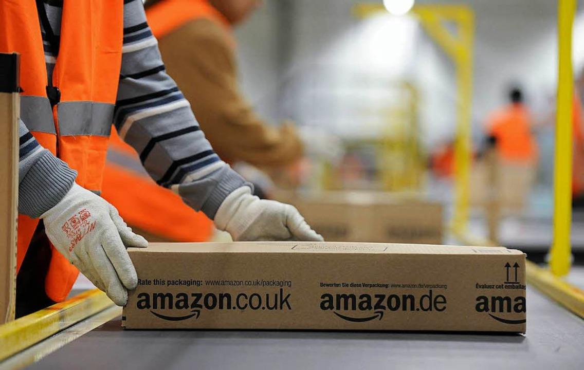 Großkunden wie der Versandhändler Amazon sollen bald mehr Porto bezahlen müssen.  | Foto: dpa