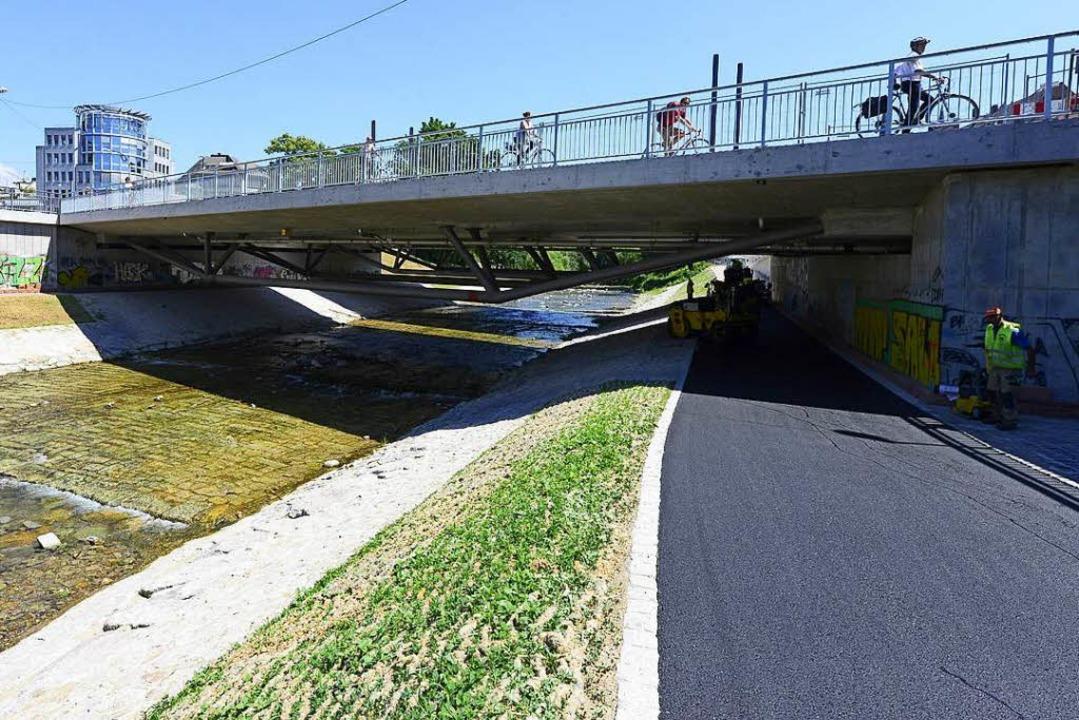 Der Dreisamuferradweg unter der Kronen...ie Rampen bleiben allerdings gesperrt.    Foto: Ingo Schneider