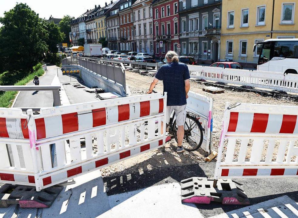 Das ist verboten: Durchmogeln zwischen...n Radweg zu erreichen (Bild gestellt).    Foto: Rita Eggstein