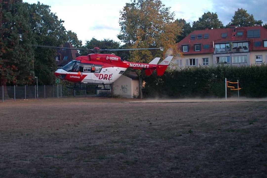 Auf dem Schulsportplatz des Droste mac...liche Notfall-Landeplätze zu erkunden.  | Foto: Jürgen Schelling