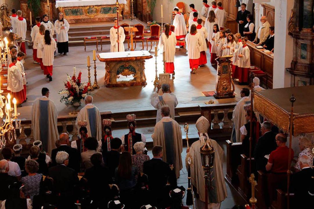 Einzug von Kurienerzbischof Georg Gänswein in die Kirche  | Foto: Erich Krieger