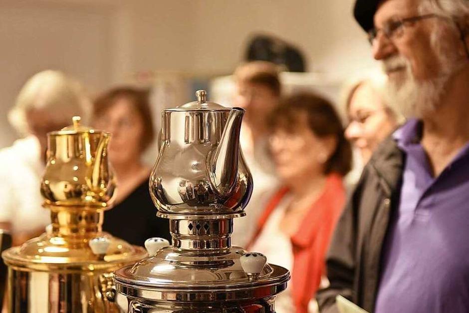 45 BZ-Leserinnen und -Leser durften bei der BZ-Ferienaktion bei Tee-Gschwendner Einblicke in die Welt des Tees gewinnen. (Foto: Rita Eggstein)