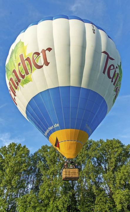 Und schon ist es so weit: Der Ballon steigt in die Höhe.   | Foto: Olaf Michel
