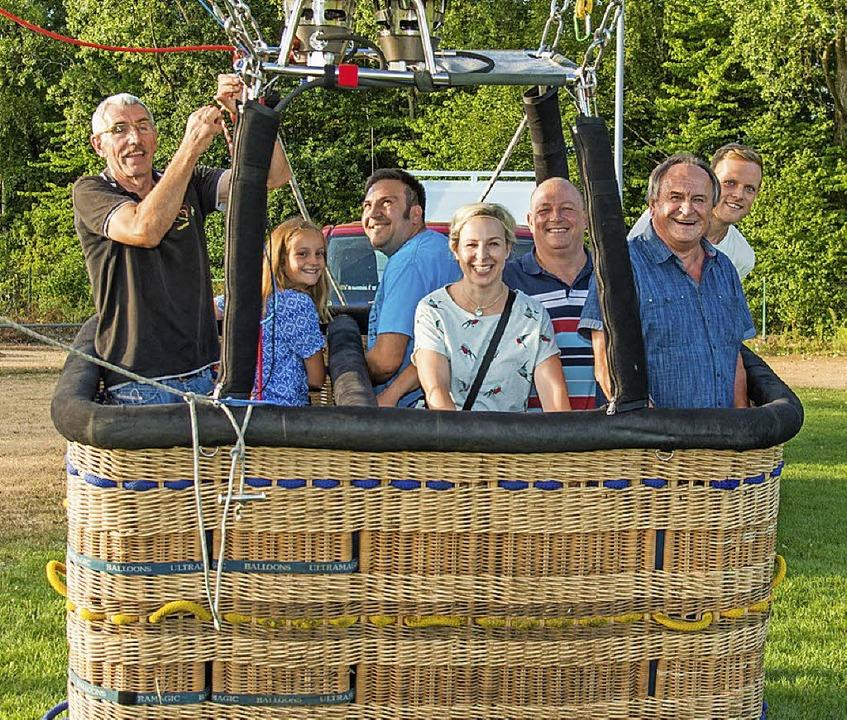 Gleich hebt der Heißluftballon von Gün...rban, Oskar Sehrer und Julian Kurz ab.  | Foto: Olaf Michel