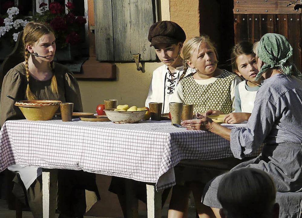 Der Hunger war einer der Gründe, wesha...r Szene des Theaterstücks aufzeigten.   | Foto: Ulrike Derndinger