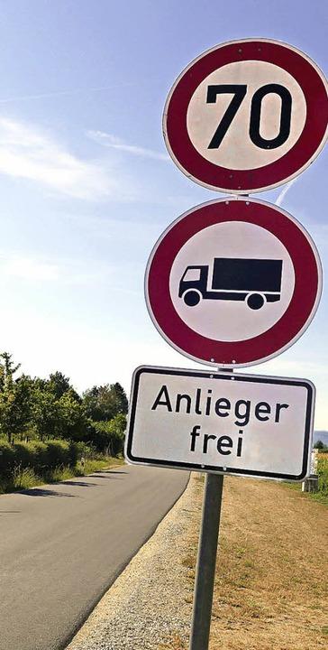 Die Schilder an der Straße von Fischingen nach Binzen zeigen die Neuerung.   | Foto: Langelott