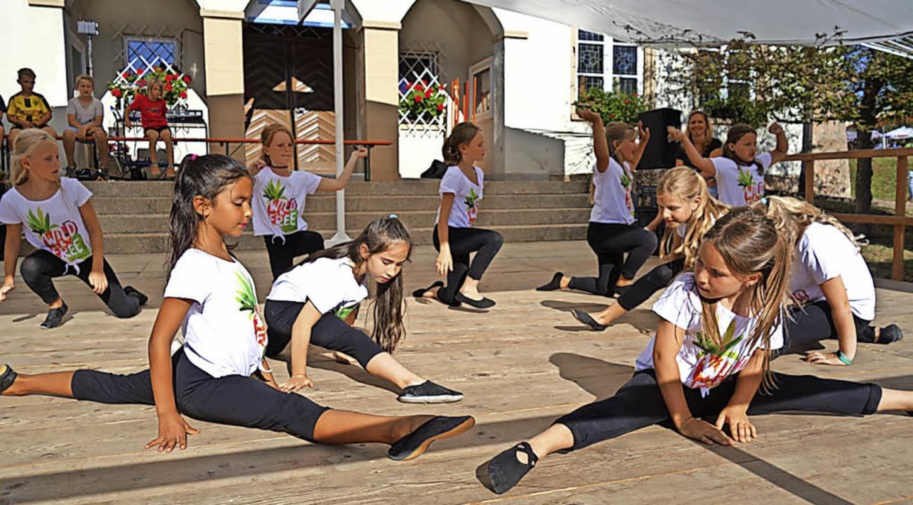 Das Dorffest überzeugte mit einem abwe...Kindertanzgruppe akrobatisches Können.  | Foto: Florian Kech