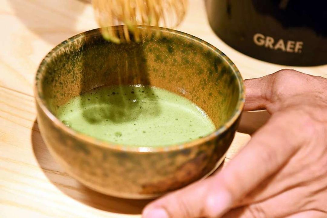Hier wird Matcha-Pulver zum Tee gerührt.  | Foto: Rita Eggstein