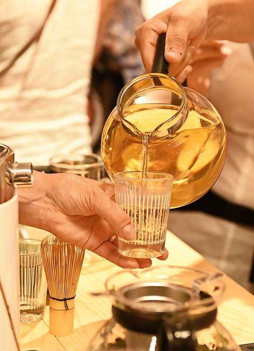 Weißer Tee wird verkostet.  | Foto: Rita Eggstein