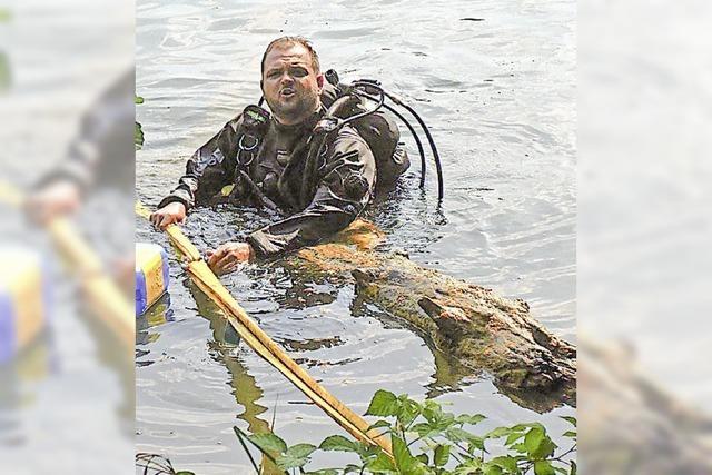 THW-Taucher ziehen Baum aus Kenzinger See