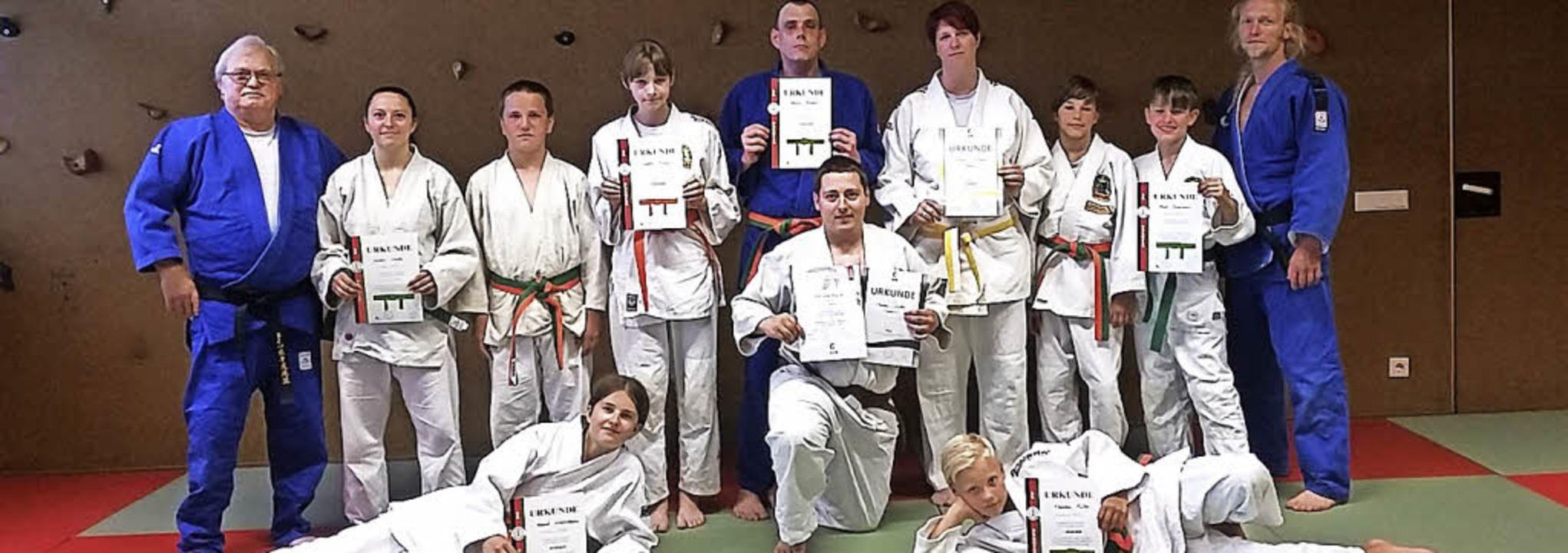 Die erfolgreichen Neustädter Judokas mit den  Prüfern  | Foto: Privat