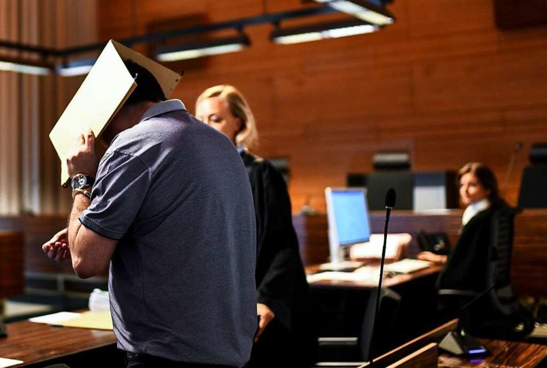 Javier G.D. auf der Anklagebank im Lan...t Revision gegen das Urteil eingelegt.  | Foto: dpa