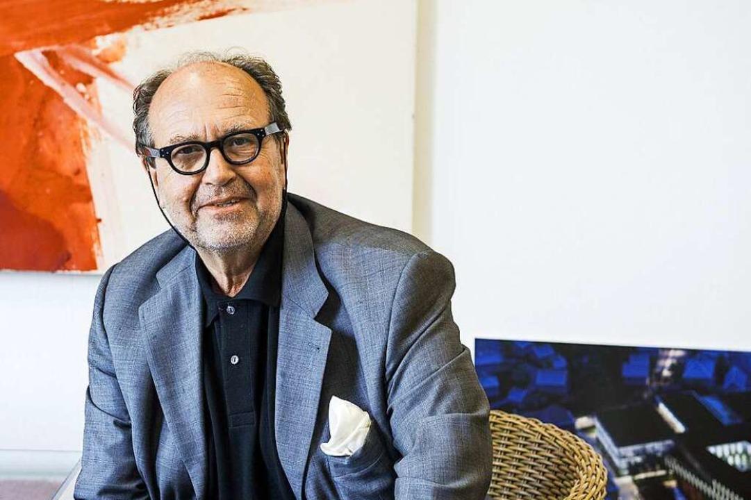 Raum für Kreativität: Eckehard Ficht vor einem Kunstwerk in seinem Büro.  | Foto: Daniel Schoenen
