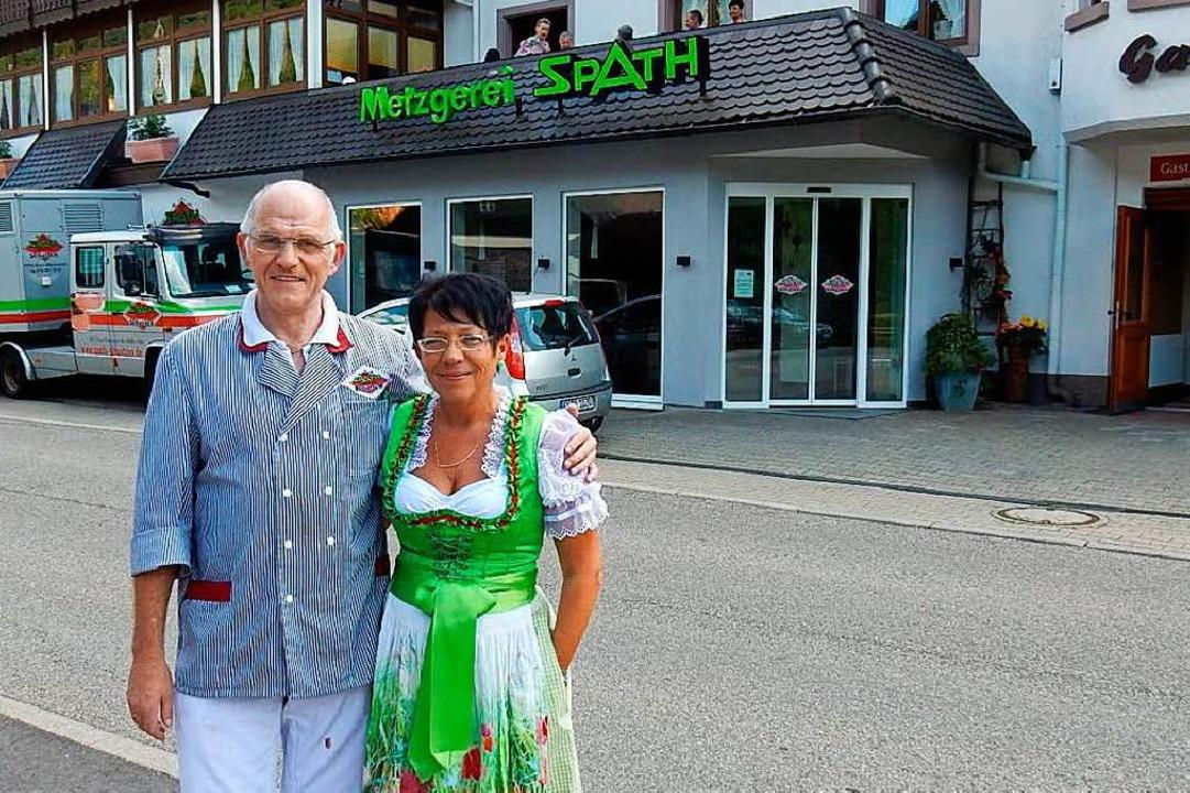 Regina und Josef Spath vor Hotel, Restaurant und Metzgerei.  | Foto: Kurt Meier