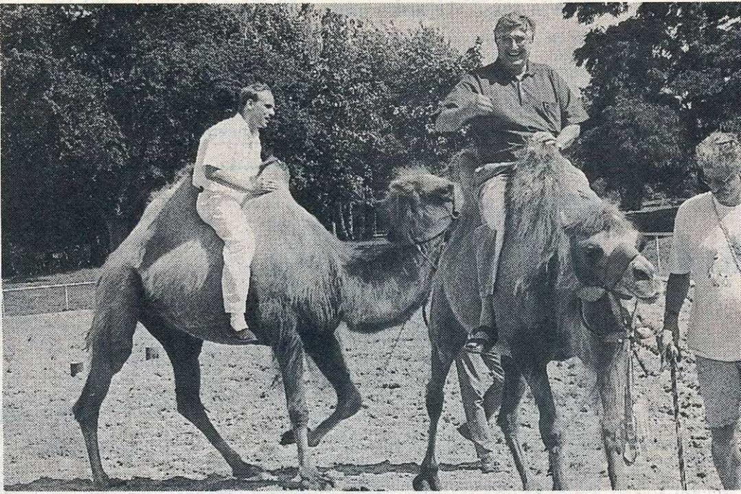 Der damalige OB Rolf Böhme  (recht) un...er auf den Kamelen Suleika und Fatima.  | Foto: Brigitte Sasse