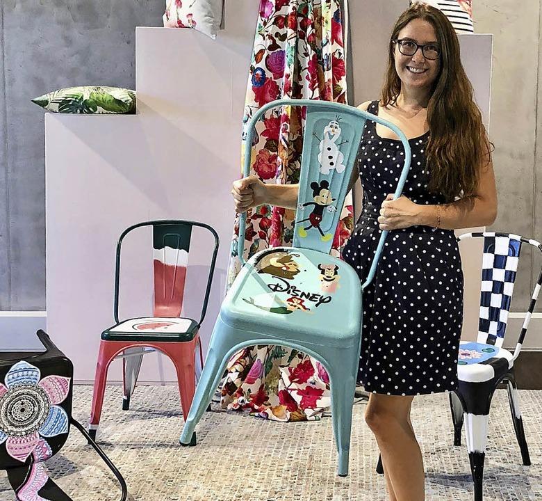 Ein Stuhl mit Micky-Maus-Emblem: Julia...n, die  Schüler bemalten, begeistert.   | Foto: privat