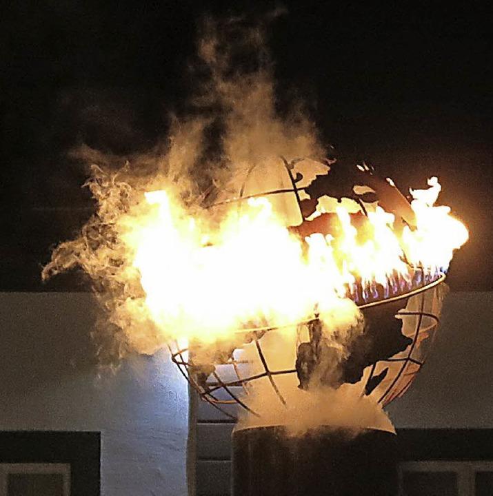 Die Weltkugel auf dem Marktbrunnen geht in Flammen auf    Foto: Georg Voß