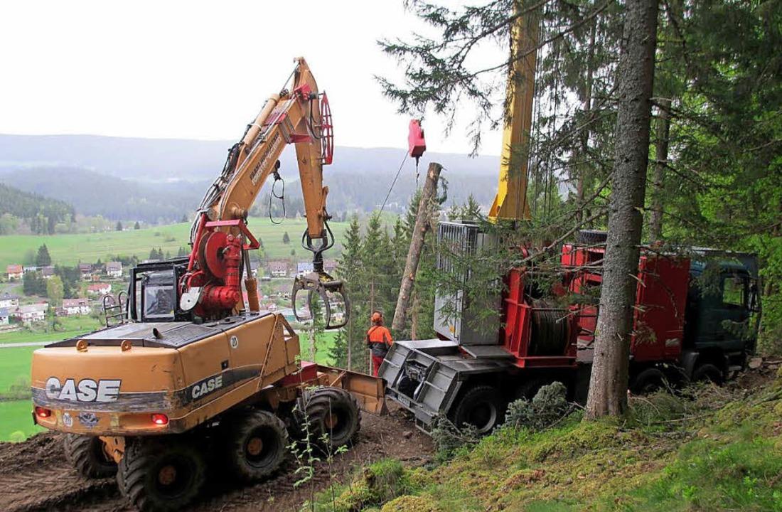 Maschinen und Seilkräne ernten unter Volldampf.  | Foto: Andreas Schellbach