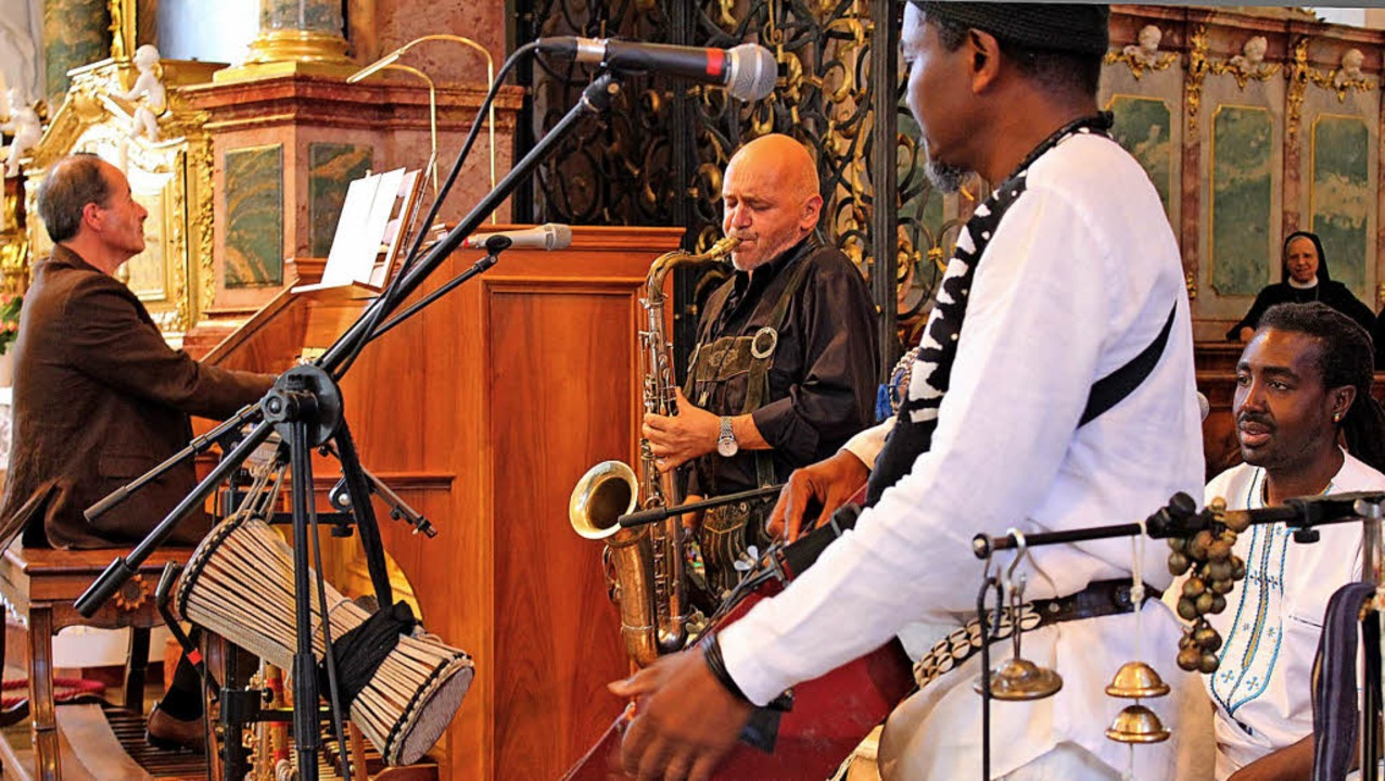 Kirchenorgel und afrikanische Instrume..., Pape Dieye und Kofi Raphael (v.l.).   | Foto: Krieger