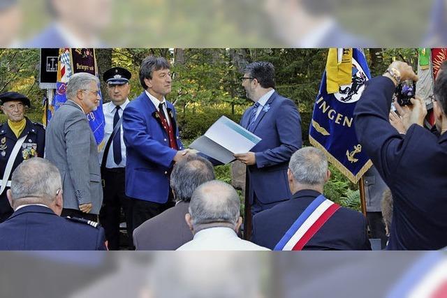 Goldene Ehrenplakette und Urkunde für Musiker