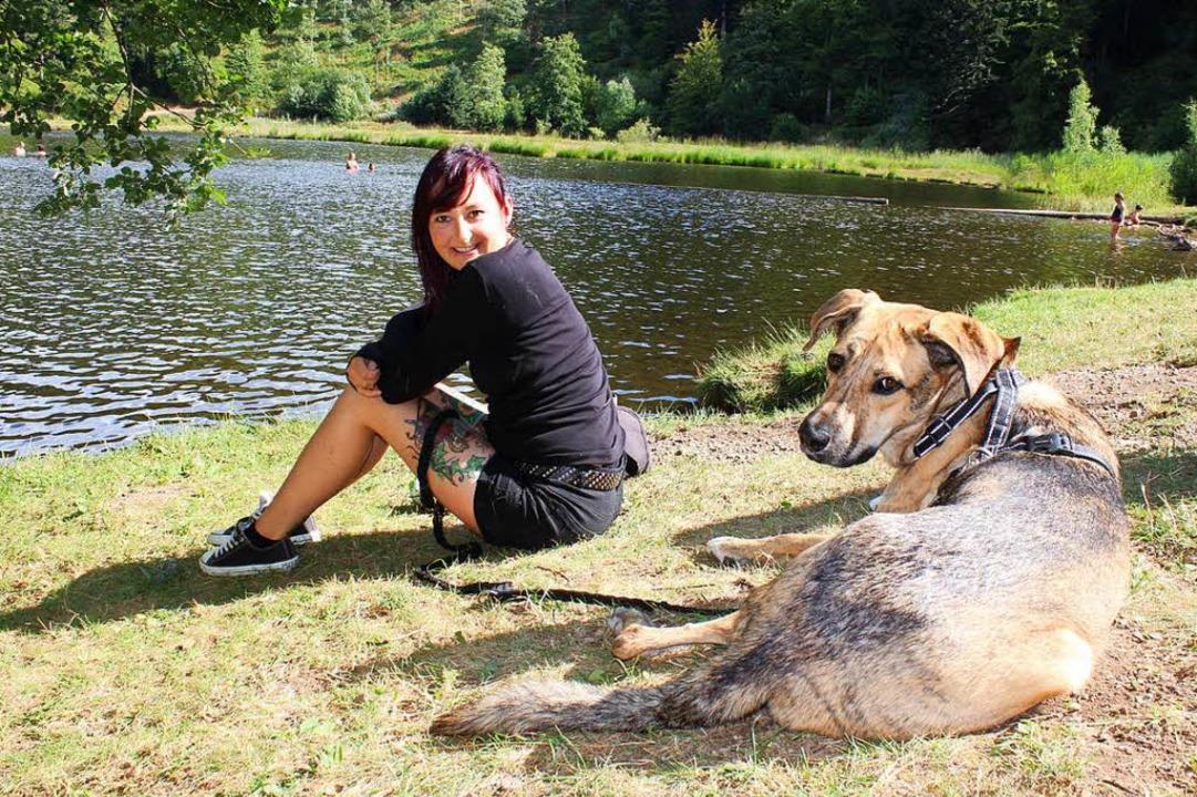 So wird's gemacht: Hund an die Leine und nicht ins Wasser.  | Foto: Anja Bertsch