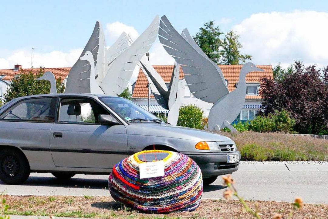 Umhäkeltes Ei mit Auto und Kreisel nen...h wohl diese Komposition. Markus Maier    Foto: Markus Maier