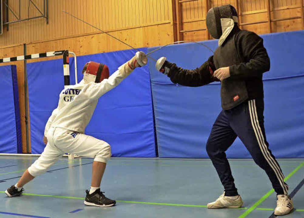 Jungfechter Artur Fremmer (links) trainiert mit Trainer Andy Langenbacher.   | Foto: Sebastian Krüger